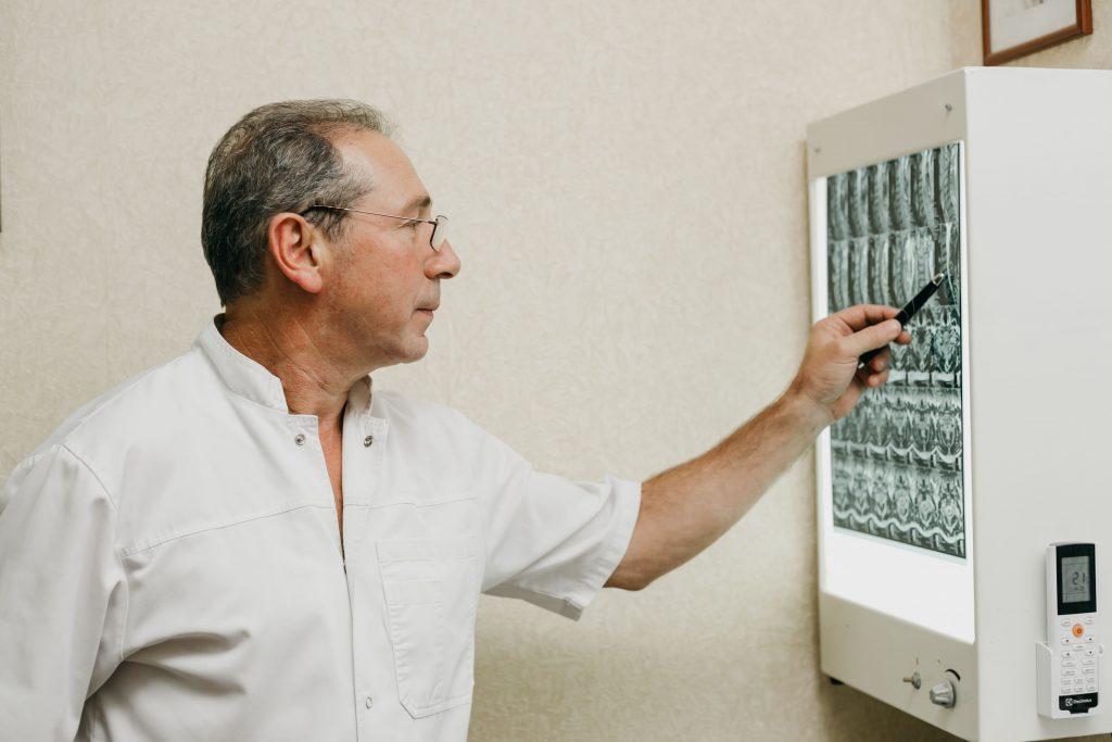 Доктор изучает МРТ снимки грыжи L4-L5