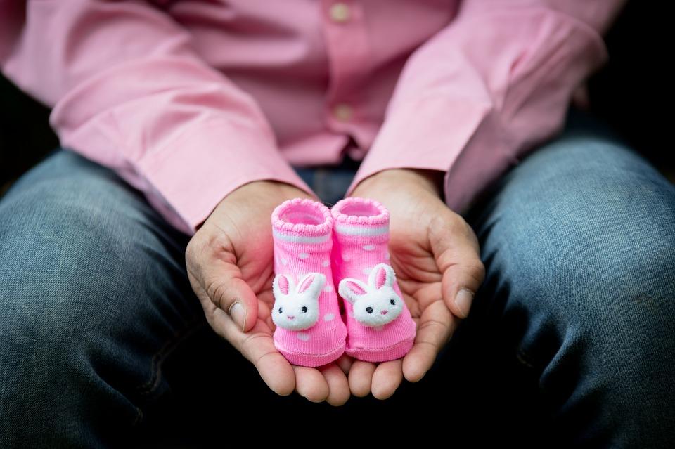 Мужчина с детскими носочками