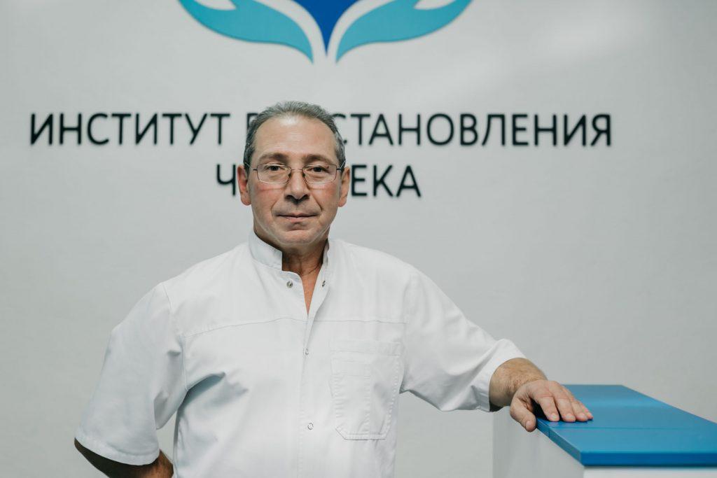 Гриценко К. А. на фоне лого клиники