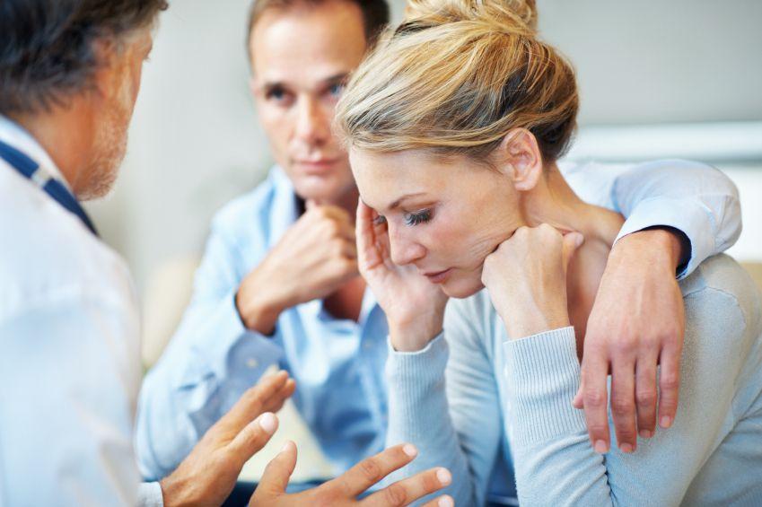 Расстроенная женщина в кабинете врача