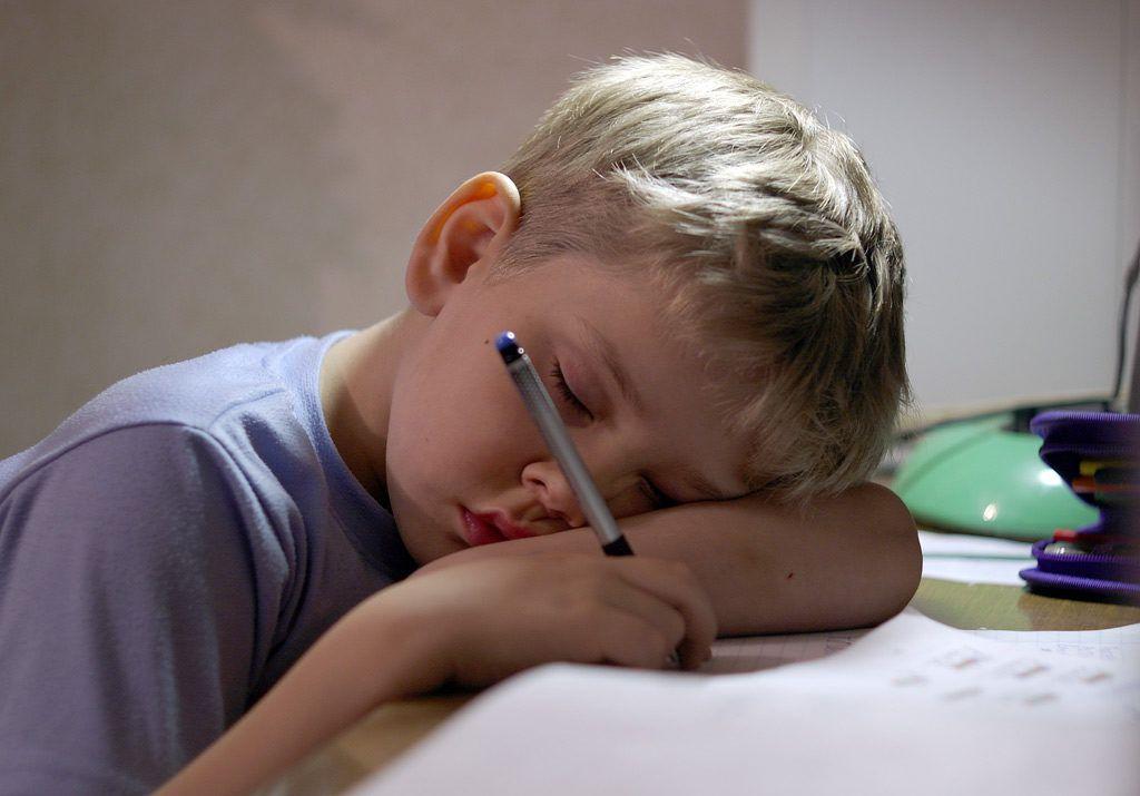 Мальчик спит за столом