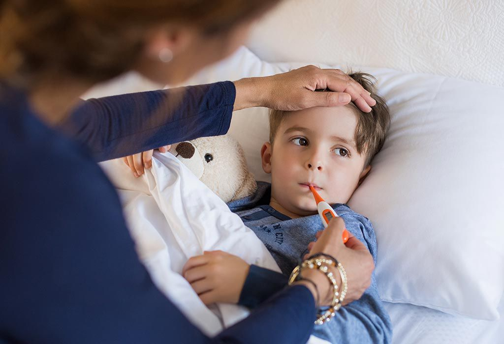 Мама меряет температуру ребенку