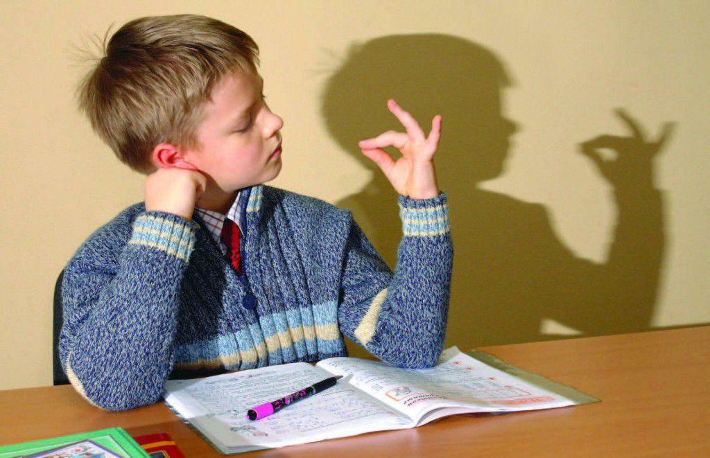 Мальчик отвлекся от домашнего задания на игру