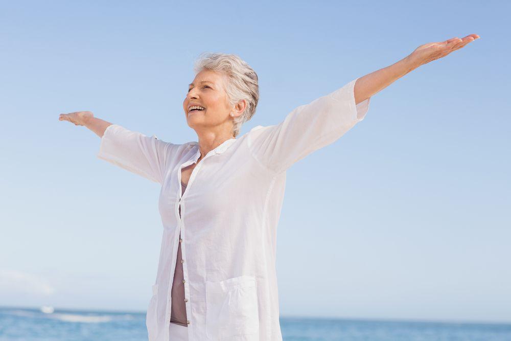 Счастливая пожилая женщина