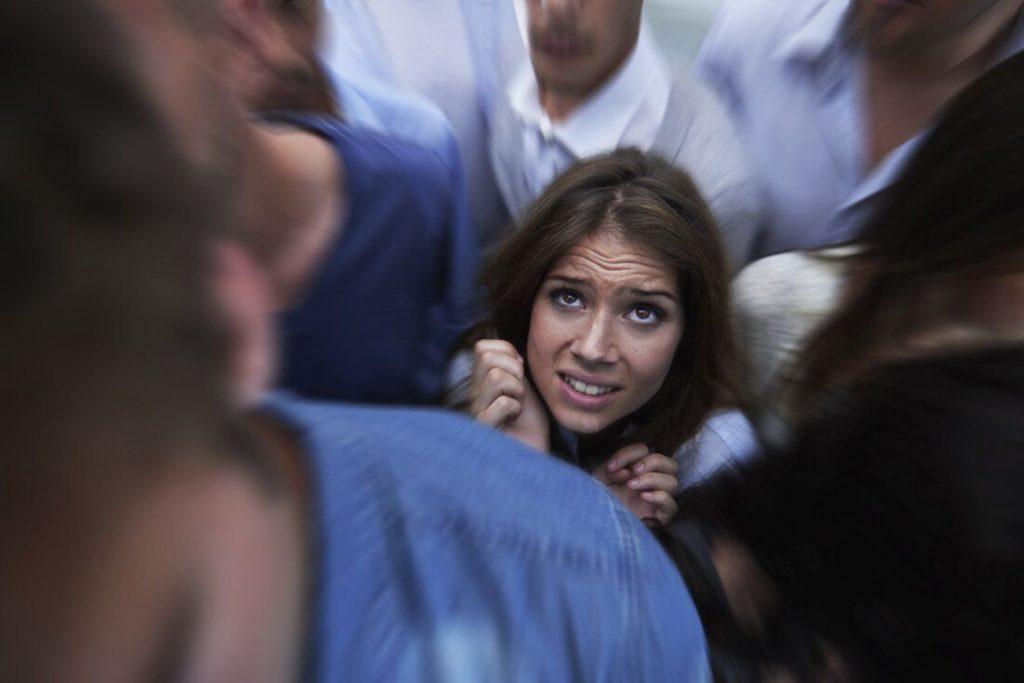 Панический страх у девушки в лифте
