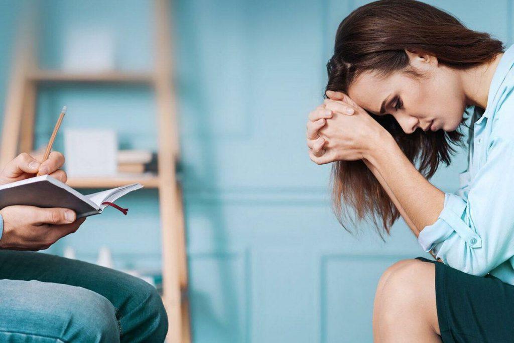 Женщина на приеме у психотерапевта