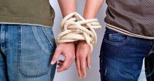 Связанные руки мужчины и женщины
